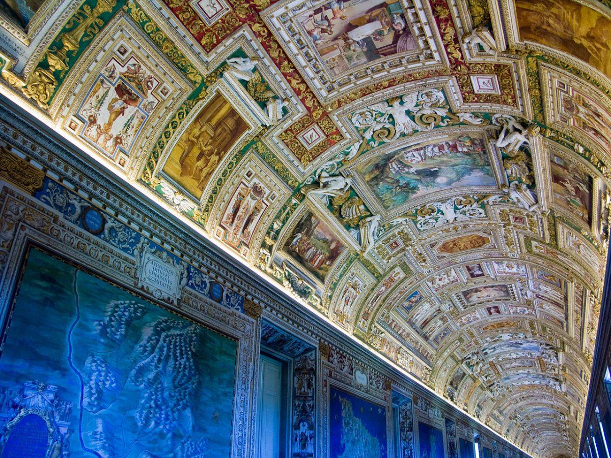 1280px-Vatican-Musee-PlafondSalleCartes